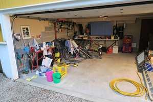 Det er lett å stue inn ting og tang i garasjen. Samtidig vet vi at en dag må det ryddes. Nå er sommeren her og vi har tid til å få orden i kaoset.