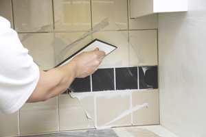 For å unngå luftblærer i fugene føres sparkelen diagonalt på flaten i begge retninger.