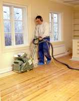 Dette gulvet er jevnt. Da kan slipingen starte ved veggen i trebordenes lengderetning.