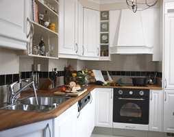 Mange velger å legge fliser over kjøkkenbenken. Her er fremgangsmåten.
