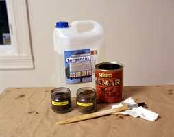 Ingredienser i lasur man lager selv: terpentin, pigmenter og benar-olje.