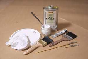 Utstyr til marmoreringsteknikken: Fyldig lakkpensel, fordriverpensel, spisspensler, tynn pensel, filler, lokk eller lignende til prøveoppstrøk og utblanding, tubepigment, rå linolje, sinkhvittpasta.
