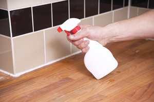Spray på oppvaskmiddel-vann for å gjøre silikonen bedre å glatte ut. Mye oppvaskmiddel, lite vann.
