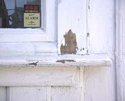 Endeveden på vinduslisten står i direkte kontakt med vindusbrettet. Det er nesten ikke mulig å tette glipa med maling, derfor trenger vannet inn, og gir råte. La det være luft mellom!
