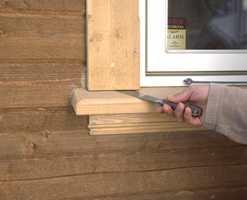 Et reparert vindu, hvor det er avstand mellom list og vindusbrett. Fukten får ikke anledning til å trekke inn i endeveden når det er så luftig som her.