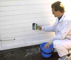 Påfør vaskemiddel, for eksempel klorin, med vaskepensel som her eller en pumpe.