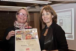 En glad vinner fikk overrakt prisen på IFIs årsmøte av Bjørg Owren, direktør i IFI.