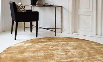 Runde tepper er et populært innslag i norske stuer. Fordi den runde formen bidrar til å myke opp rommet og gir en spennende dynamikk.