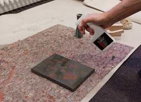 Jernfragmentene i malingen ruster i løpet av kort tid når aktivatoren påføres.