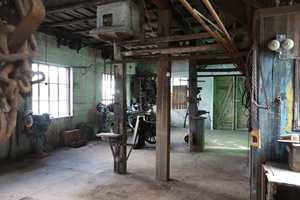 <b>ATMOSFÆRE:</b> Her ligger det mye historie i veggene, den industrielle atmosfæren tas videre når rommet transformeres til stue.