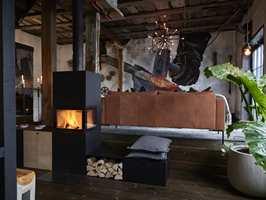 <b>FARGENE:</b> Husets historie lyser bokstavelig fra en vegg, der en kunstner har gjenskapt livet før. Fargene i bildet er tatt videre i innredningen, og sammen utgjør de en varm og levende helhet. Møblene er fra Bohus.