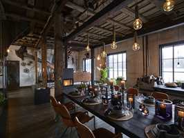 <b>SPISEBORD:</b> Det plassbygde spisebordet innbyr til hyggelige sammenkomster. Etter innfarging et bordplaten behandlet med Original Parkettlakk matt for beskyttelse.