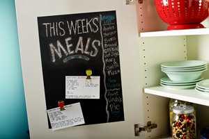 Tavler av ulike slag har blitt et populært hjelpemiddel på mange kjøkken. Ønsker du ikke å benytte veggen til familiens huskelister, kan tavlemaling på innsiden av et kjøkkenskap gjøre samme nytte på en mer diskret måte.