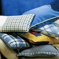 Med ulike mønster, farger og former kan puter sette sitt preg på hele rom. Fordi stoffene har mye kontrast, både hva farger og mønster angår, holder vi oss til enkle sømmer.