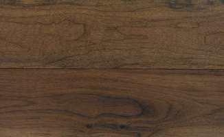 Valnøtt fargen gir gulvet en varm glød. Parkett fra Storeys of Lancaster