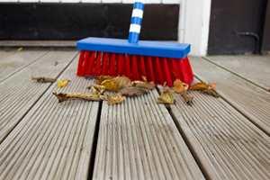 <b>KOSTETID</b> Kost vekk rusk og rask fra treplatting og terrasse. Gamle blader holder på fukten og vil kunne føre til dårlig opptørking, begroing eller råte.