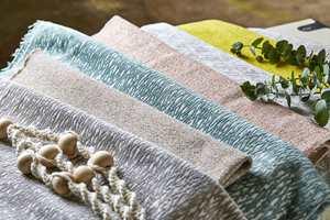 Det finnes utrolig mange flotte tekstiler å velge i, som både har en estetisk og en praktisk funksjon. Her fra Tapethuset.