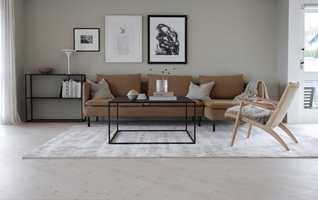 <b>FØLES STØRRE:</b> Ved å ha et stort teppe under alle møblene, blir gruppen mer helhetlig, og får en tydelig innrammet sone. I tillegg kan rommet ofte oppfattes større. Teppe: Essens Charles fra InHouse.