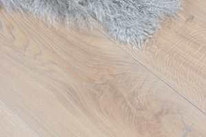 Å velge parkettgulv handler ikke kun om farge på treverket. Olje eller lakk? V-fuge eller ikke? 3-stav eller 1-stav? Ylva Kleiven er produktsjef for SAGA parkett, og gir i denne videoen gode råd til oppussere som er på jakt etter nytt parkettgulv.