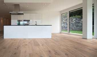 Saga Parkett har rustikke gulv. Som dette som heter SAGA Wideplank Old Smoked White.