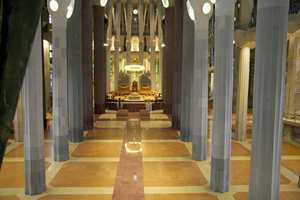 Søylene som bærer taket i katedralen er alle unikt utformet. Gaudí var inspirert av naturen og formet dem som abstrakte trær med forgreninger som forandrer form etter hvert som de