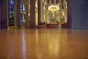 Å bruke sandstein over hele gulvet i katedralen La Sagrada Família, ville ha ført til for mye ekko og støy. I midskipet er derfor lagt 2.000 kvadratmeter Wicanders Corkcomfort fra Amorim Revestimentos.