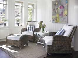 I lesekroken som henger sammen med kjøkkenet kan man slappe av med utsikt gjennom en dobbeltdør.