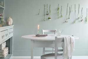 <b>EGNET:</b> Møbler, kjøkkenskap, vegger og gulv bør ikke males med den samme malingen - heller ikke når de skal ha samme farge. Bruk maling som er beregnet for bruk på flaten du skal male for å unngå dårlig vedheft eller annet uheldig resultat. Foto: Nordsjö