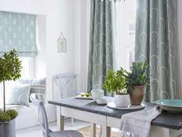 <b>STØVET:</b> Tekstiler fra Sanderson myker opp i det grå og svale interiøret. Den litt støvete turkise virker rolig og dempet. (Foto: INTAG)