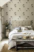 <b>FIRE VEGGER:</b> Store roser i elegant strek på fibertapet fra Sanderson vil gjøre seg godt på alle fire veggene i rommet. Føres av INTAG.