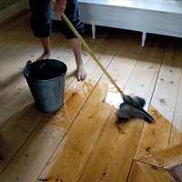 <b>FUKT GULVET: </b>Før gulvet såpevaskes skal det settes inn med rent vann. (Foto: Gysinge Centrum för Byggnadsvård/Miljømal)