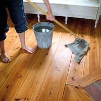 <b>SKYLL: </b>Tørk av gulvet med klut og rent vann. Ikke la såpevannet tørke inn på gulvet, og arbeid derfor over mindre områder av gangen. (Foto:Gysinge Centrum för Byggnadsvård/Miljømal)