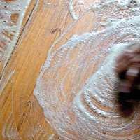 <b>SKURE: </b>Skrubb gulvet med en stiv børste. Bearbeid bordene i treverkets lengderetning. (Foto:Gysinge Centrum för Byggnadsvård/Miljømal)