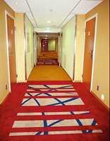 Korridorer må det nødvendigvis være på et hotell, men design og fargebruk gjør de langt fra kjedelige.