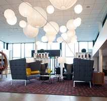 Høyryggede sofaer gjør det mulig å skape intime miljøer i en travel lobby.