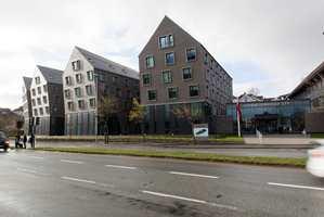 Scandic Stavanger City ligger i Verksgaten, i en av de eldre delene av oljebyen, øst for Vågen, ikke så langt fra Oljemuseet.