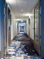 Imponerende, spesialdesignet såpeskuminspirert gulvteppe dekker hotellets korridorer. Disse gulvene er en severdighet i seg selv.