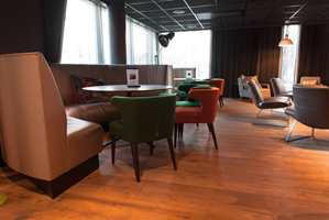 På hotellet finnes restaurant og bar, rettet mot så vel gjester som lokalbefolkning.