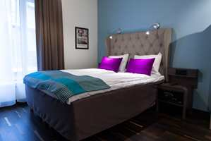 Rommene er smakfullt innredet, med stilfull fargebruk på både vegger og tekstiler.