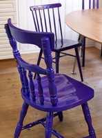 De gamle kjøkkenstolene fikk nytt liv med lakk i spenstig farge.