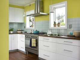 Farger på fliser og vegger er med på å gi kjøkkenet et personlig preg.