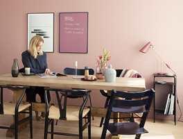 Lyst treverk på møbler og gulv er vel samstemt med fargen på veggflaten; 5896 Slør (Butinox Interiør).