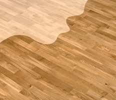 GAMMELT NYTT: Med ny lakk kan et gammelt gulv se friskt og nytt ut. Valget står mellom TreStjerner gulvlakk oljebasert eller vannbasert. For de som vil ha et matt utseende på gulvet, finnes også TreStjerner Gulvmatt.