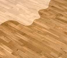 Lakk kan gi glans og pleie til et gammelt gulv.