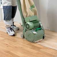 Sliper du vekk all den gamle lakken blir gulvet fritt for merker, og ser helt nytt ut.