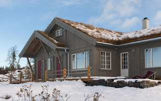 Ved å male hyttefasaden med en matt beis i en jordfarge, vil hytten gå tilnærmet i et med naturen. Men en blank behandling ville hytten vært mye mer synlig.