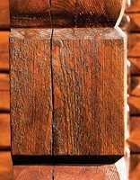 Dette treverket er behandlet med Tyrlin tjærebeis, og må sies å ha en fin lød.