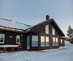 Vi nordmenn elsker å være på fjellet i påsken. Vi trekker oss inn i hyttene med varme pledd og en kopp med kakao. Men husk på at hytta også trenger pleie med jevne mellomrom.