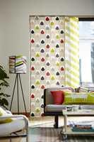 <b>PÅ SKINNER:</b> Hos Scion er gardinene sydd som slette paneler som er montert på skinner. Med parallelle skinner kan man bygge på flere lag med panel. Tekstilene føres av Tapethuset.