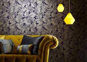 <b>SE LYSET:</b> Med riktig belysning og gode fargesammensetninger gir mørke farger karakter til rommet. Tapet fra Tapethuset.